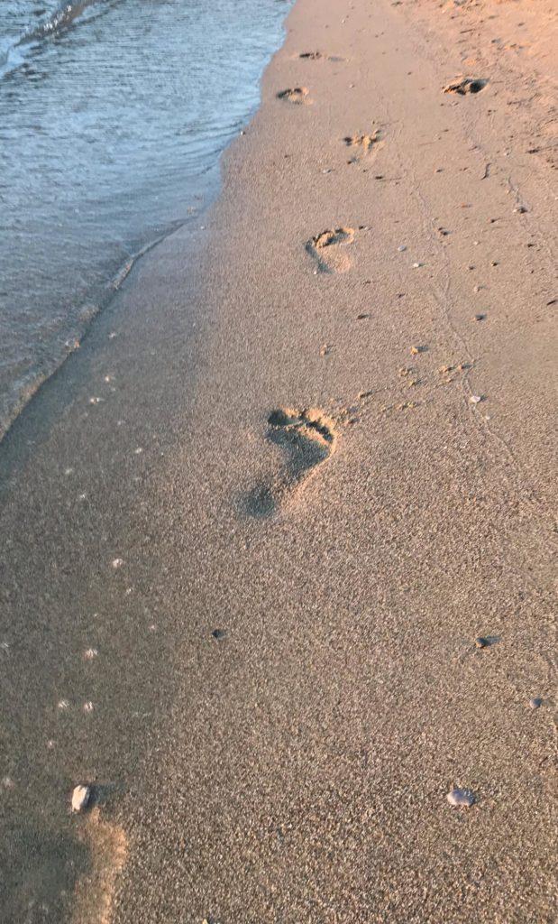 plage-amorgos-pas-mer-calme-marche-repos
